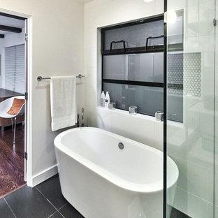 Imagen de cuarto de baño principal, minimalista, de tamaño medio, con bañera exenta, ducha esquinera, baldosas y/o azulejos blancos, baldosas y/o azulejos de porcelana, paredes blancas, suelo de pizarra, suelo verde y ducha con puerta con bisagras