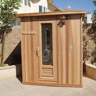 Идея дизайна: баня и сауна среднего размера в современном стиле с коричневыми стенами, паркетным полом среднего тона и коричневым полом