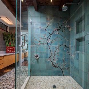 Idee per una grande stanza da bagno moderna con ante marroni, doccia ad angolo e porta doccia a battente