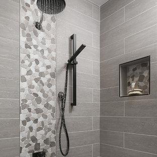 Ejemplo de cuarto de baño con ducha, clásico renovado, pequeño, con sanitario de una pieza, baldosas y/o azulejos grises, paredes blancas, suelo de baldosas tipo guijarro, armarios con rebordes decorativos, puertas de armario blancas, ducha empotrada, baldosas y/o azulejos de porcelana, lavabo bajoencimera, encimera de cuarzo compacto, suelo gris y ducha abierta