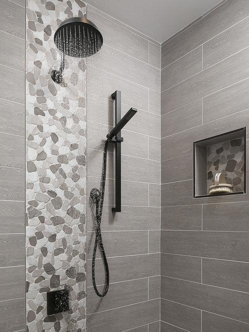Salle de bain avec un sol en galet et une douche l for Plan douche a l italienne