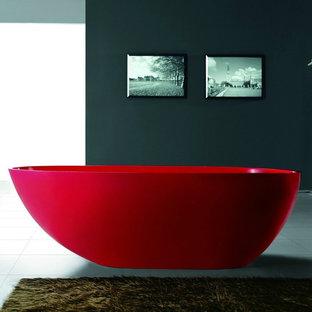 На фото: со средним бюджетом главные ванные комнаты среднего размера в стиле модернизм с отдельно стоящей ванной, серыми стенами и белым полом