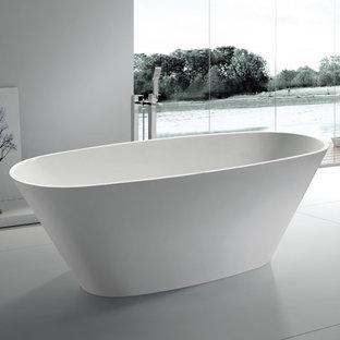 Foto di una grande stanza da bagno padronale etnica con vasca freestanding, piastrelle grigie, pareti grigie e pavimento bianco