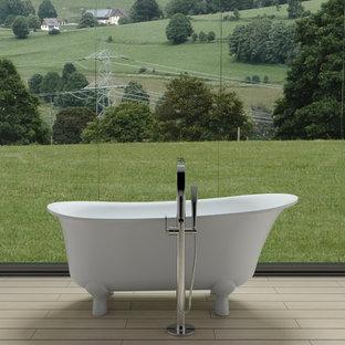 Imagen de cuarto de baño principal, clásico, de tamaño medio, con bañera exenta y suelo beige