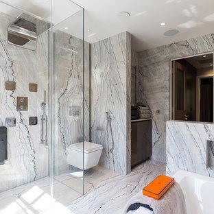 Неиссякаемый источник вдохновения для домашнего уюта: главная ванная комната в современном стиле с плоскими фасадами, коричневыми фасадами, накладной ванной, душем без бортиков, инсталляцией, плиткой из листового камня, серыми стенами, настольной раковиной, душем с распашными дверями и нишей