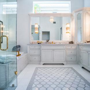 Foto di una stanza da bagno padronale contemporanea con ante con riquadro incassato, ante grigie, vasca da incasso, zona vasca/doccia separata, piastrelle grigie, piastrelle bianche, pareti grigie, pavimento in marmo, lavabo sottopiano e top in marmo