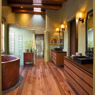 Idee per una stanza da bagno padronale stile americano con lavabo a bacinella, ante lisce, ante in legno scuro, top in legno, vasca giapponese, doccia aperta, pareti verdi, pavimento in legno massello medio e doccia aperta