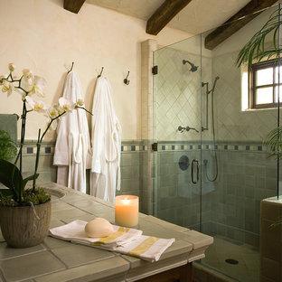 サンタバーバラのサンタフェスタイルのおしゃれな浴室の写真