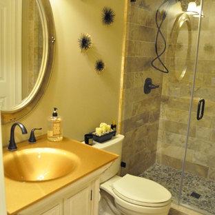 Imagen de cuarto de baño con ducha, clásico, pequeño, con armarios tipo mueble, puertas de armario con efecto envejecido, baldosas y/o azulejos beige, baldosas y/o azulejos de piedra, paredes beige, suelo de travertino, sanitario de dos piezas, lavabo bajoencimera, encimera de acrílico y ducha empotrada