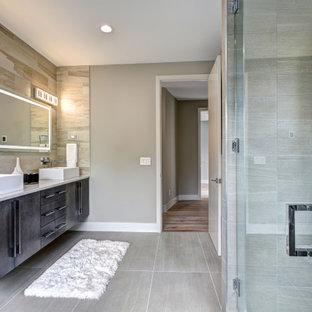 Mittelgroßes Modernes Badezimmer En Suite mit flächenbündigen Schrankfronten, schwarzen Schränken, Eckdusche, Toilette mit Aufsatzspülkasten, grauen Fliesen, Keramikfliesen, grauer Wandfarbe, Keramikboden, Waschtischkonsole, Marmor-Waschbecken/Waschtisch, grauem Boden, Falttür-Duschabtrennung, türkiser Waschtischplatte, Doppelwaschbecken und schwebendem Waschtisch in San Diego