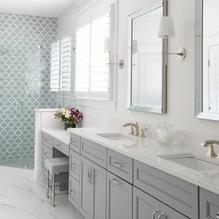 Bild på ett litet maritimt vit vitt en-suite badrum, med släta luckor, grå skåp, en hörndusch, flerfärgad kakel, stenkakel, vita väggar, klinkergolv i keramik, ett undermonterad handfat, bänkskiva i akrylsten, vitt golv och dusch med gångjärnsdörr