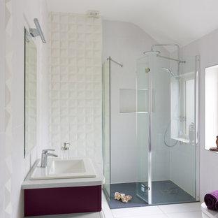 Mittelgroßes Modernes Duschbad mit flächenbündigen Schrankfronten, lila Schränken, Nasszelle, Toilette mit Aufsatzspülkasten, weißen Fliesen, Porzellanfliesen, weißer Wandfarbe, Porzellan-Bodenfliesen, Einbauwaschbecken und Quarzit-Waschtisch in Dublin