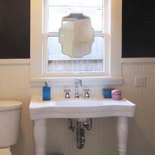 Foto di una piccola stanza da bagno con doccia classica con vasca con piedi a zampa di leone, vasca/doccia, WC a due pezzi, piastrelle bianche, piastrelle in ceramica, pareti nere, pavimento con piastrelle in ceramica e lavabo a colonna