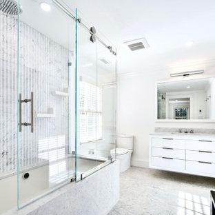 Esempio di una stanza da bagno padronale contemporanea con ante bianche, piastrelle di marmo e pareti bianche