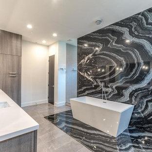Esempio di una grande stanza da bagno padronale minimalista con ante grigie, vasca freestanding, doccia aperta, pistrelle in bianco e nero, lastra di pietra, top in quarzo composito, pareti bianche, pavimento in marmo e lavabo sottopiano