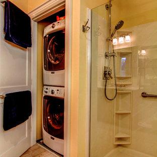 Idee per una stanza da bagno padronale tradizionale di medie dimensioni con consolle stile comò, ante in legno bruno, doccia aperta, WC a due pezzi, piastrelle beige, piastrelle in ceramica, pareti gialle, pavimento con piastrelle in ceramica, lavabo integrato e top in quarzo composito