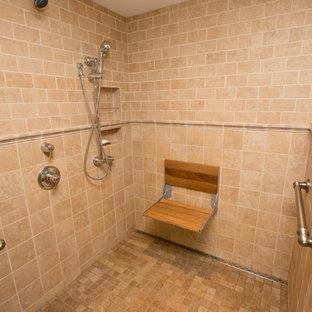 Foto di una stanza da bagno padronale chic di medie dimensioni con lavabo sottopiano, ante con bugna sagomata, ante bianche, top in pietra calcarea, doccia a filo pavimento, piastrelle beige, piastrelle in ceramica, pareti multicolore e pavimento con piastrelle in ceramica