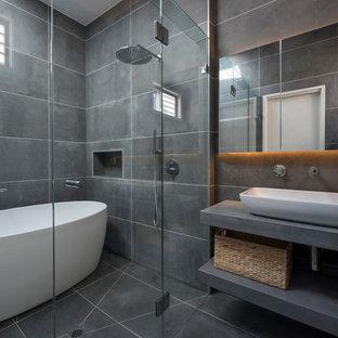 Esempio di una stanza da bagno padronale minimal con nessun'anta, ante grigie, vasca giapponese, doccia alcova, WC monopezzo, piastrelle grigie, piastrelle in gres porcellanato, pareti grigie, pavimento in gres porcellanato, lavabo a bacinella e top in cemento