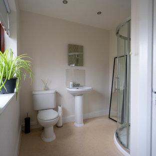 Idées déco pour une petit salle de bain classique pour enfant avec un placard à porte plane, une douche d'angle, un WC à poser, un mur blanc, sol en stratifié, un plan vasque, un sol beige, une cabine de douche à porte coulissante, meuble simple vasque et meuble-lavabo encastré.