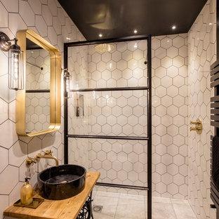 Bild på ett mellanstort eklektiskt brun brunt badrum med dusch, med vit kakel, vita väggar, ett fristående handfat, träbänkskiva, grått golv, med dusch som är öppen, möbel-liknande och en kantlös dusch