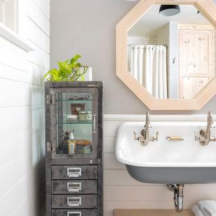 Idéer för att renovera ett lantligt badrum, med grå väggar, mosaikgolv, ett väggmonterat handfat och vitt golv