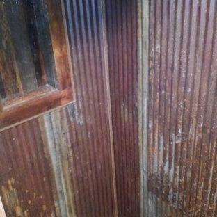Imagen de cuarto de baño con ducha, rural, pequeño, con ducha esquinera, baldosas y/o azulejos marrones, baldosas y/o azulejos de metal y ducha abierta