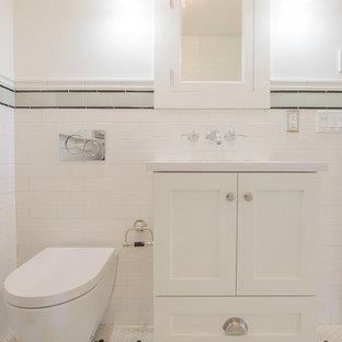Imagen de cuarto de baño de estilo americano, pequeño, con armarios estilo shaker, puertas de armario blancas, bañera encastrada, combinación de ducha y bañera, sanitario de pared, baldosas y/o azulejos blancos, baldosas y/o azulejos de cemento, suelo de baldosas de porcelana, lavabo bajoencimera, encimera de cuarzo compacto, suelo blanco y ducha abierta
