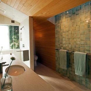 Ispirazione per una stanza da bagno moderna di medie dimensioni con doccia alcova, piastrelle verdi, lavabo sottopiano, ante lisce, ante in legno chiaro, top in pietra calcarea, WC monopezzo, piastrelle in ceramica, pareti beige, pavimento in gres porcellanato e vasca sottopiano
