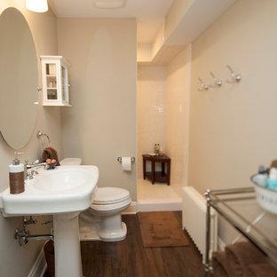 Immagine di una piccola stanza da bagno con doccia chic con lavabo a colonna, doccia aperta, WC a due pezzi, piastrelle bianche, piastrelle in ceramica, pareti beige e pavimento in linoleum