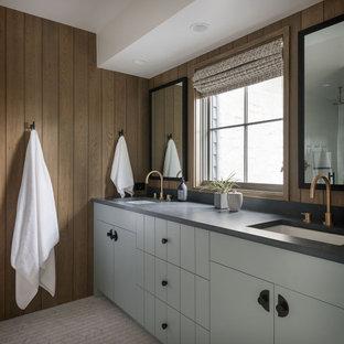 Country Badezimmer mit flächenbündigen Schrankfronten, grauen Schränken, brauner Wandfarbe, Mosaik-Bodenfliesen, Unterbauwaschbecken, weißem Boden, grauer Waschtischplatte und Doppelwaschbecken in Seattle