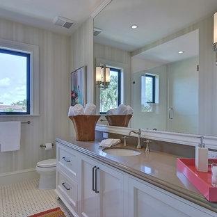 Ispirazione per un'ampia stanza da bagno per bambini chic con lavabo da incasso, ante in stile shaker, ante bianche, top in quarzite, doccia alcova, WC monopezzo, piastrelle multicolore, piastrelle a mosaico, pareti beige e pavimento con piastrelle in ceramica