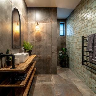 Пример оригинального дизайна: ванная комната среднего размера в стиле лофт с душем в нише, зеленой плиткой, керамической плиткой, полом из керамической плитки, столешницей из дерева, серым полом, открытым душем, коричневой столешницей и настольной раковиной