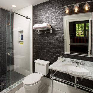 Ispirazione per una stanza da bagno per bambini country di medie dimensioni con doccia alcova, WC a due pezzi, piastrelle nere, piastrelle di ciottoli, pareti nere, lavabo a consolle, top in marmo, pavimento bianco, porta doccia scorrevole e pavimento in gres porcellanato