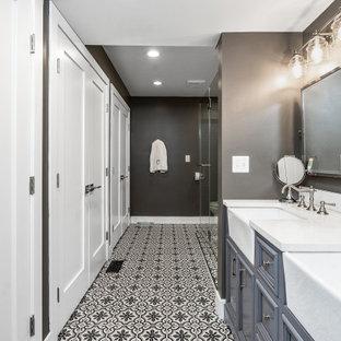 Klassisk inredning av ett stort vit vitt en-suite badrum, med luckor med infälld panel, blå skåp, grå väggar, mosaikgolv, ett undermonterad handfat och flerfärgat golv
