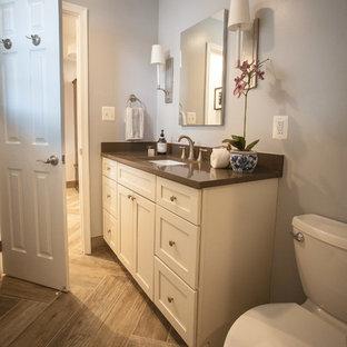 Ejemplo de cuarto de baño principal, rústico, pequeño, con armarios estilo shaker, puertas de armario blancas, ducha empotrada, sanitario de dos piezas, paredes grises, suelo de baldosas de porcelana, encimera de cuarzo compacto, suelo marrón, ducha con puerta corredera y encimeras marrones