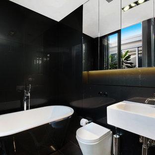 Ispirazione per una stanza da bagno padronale minimal di medie dimensioni con ante con riquadro incassato, vasca freestanding, doccia aperta, piastrelle nere, lastra di vetro, pareti nere, pavimento con piastrelle in ceramica, lavabo sospeso, pavimento nero e doccia aperta