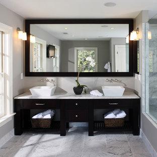 Immagine di una stanza da bagno classica con top in marmo, lavabo a bacinella e piastrelle di marmo