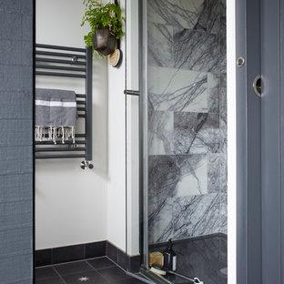 Modernes Badezimmer En Suite mit schwarz-weißen Fliesen, Marmorfliesen, weißer Wandfarbe, Zementfliesen und grauem Boden in London