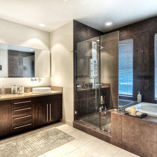 Неиссякаемый источник вдохновения для домашнего уюта: большая главная ванная комната в стиле модернизм с темными деревянными фасадами, накладной ванной, угловым душем, бежевой плиткой, каменной плиткой, белыми стенами, полом из известняка, настольной раковиной, столешницей из известняка, бежевым полом и душем с распашными дверями