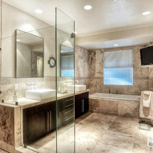 Idéer för att renovera ett mellanstort funkis badrum med dusch, med släta luckor, skåp i mörkt trä, ett platsbyggt badkar, en hörndusch, beige kakel, vita väggar, travertin golv, ett fristående handfat, bänkskiva i kalksten, travertinkakel och beiget golv