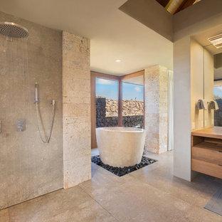 Esempio di una stanza da bagno padronale tropicale con ante in legno scuro, vasca freestanding, doccia aperta, bidè, pareti grigie, pavimento in pietra calcarea, lavabo a bacinella, top in legno, pavimento grigio e doccia aperta