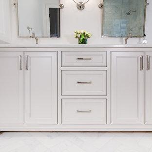 Imagen de cuarto de baño principal, de tamaño medio, con armarios con rebordes decorativos, puertas de armario blancas, encimera de cuarcita y encimeras turquesas