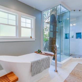 Klassisk inredning av ett mellanstort blå blått en-suite badrum, med skåp i shakerstil, vita skåp, ett fristående badkar, en hörndusch, en toalettstol med hel cisternkåpa, blå kakel, glaskakel, grå väggar, klinkergolv i porslin, ett undermonterad handfat, bänkskiva i täljsten, gult golv och dusch med gångjärnsdörr