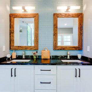 Esempio di una stanza da bagno padronale chic di medie dimensioni con ante in stile shaker, ante bianche, vasca freestanding, doccia ad angolo, WC monopezzo, piastrelle blu, piastrelle di vetro, pareti grigie, pavimento in gres porcellanato, lavabo sottopiano, top in saponaria, pavimento giallo, porta doccia a battente, top blu, nicchia, un lavabo e mobile bagno incassato