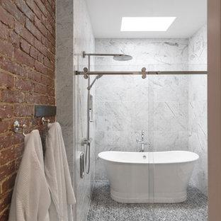 Esempio di una grande stanza da bagno padronale tradizionale con vasca freestanding, doccia alcova, piastrelle grigie, piastrelle bianche, piastrelle di marmo, pareti marroni e porta doccia a battente