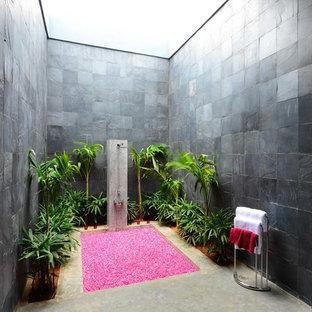 Idée de décoration pour une salle de bain design de taille moyenne avec un carrelage de pierre.