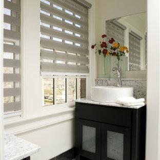 Ispirazione per una piccola stanza da bagno con doccia minimal con ante di vetro, ante nere, WC monopezzo, pistrelle in bianco e nero, piastrelle di marmo, pareti bianche, pavimento in marmo, lavabo a bacinella, top in marmo e pavimento bianco