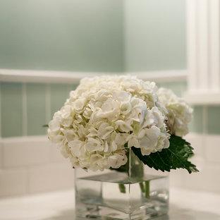 Immagine di una piccola stanza da bagno con doccia tradizionale con lavabo sottopiano, ante in stile shaker, ante bianche, top in marmo, doccia aperta, WC a due pezzi, piastrelle bianche, piastrelle di vetro, pareti verdi e pavimento con piastrelle in ceramica