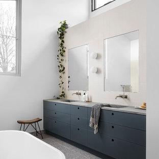Immagine di una grande stanza da bagno per bambini design con vasca freestanding, doccia aperta, pavimento alla veneziana, top in cemento, pavimento multicolore, doccia aperta e top grigio