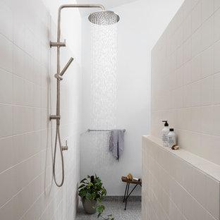 Ispirazione per una grande stanza da bagno contemporanea con pavimento alla veneziana, doccia aperta, doccia a filo pavimento, piastrelle beige, pareti bianche e pavimento grigio